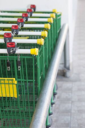locking: Shopping Trolleys locking in row