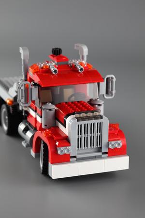 """creador: Tambov, Rusia - 22 de junio 2013 LEGO Creator set """"3-en-1 para recoger Highway"""" en el fondo gris. Art�culo 7347. Edad 9-12. Estudio de disparo. Lego fabricado por el Grupo Lego (Billund, Dinamarca). Editorial"""