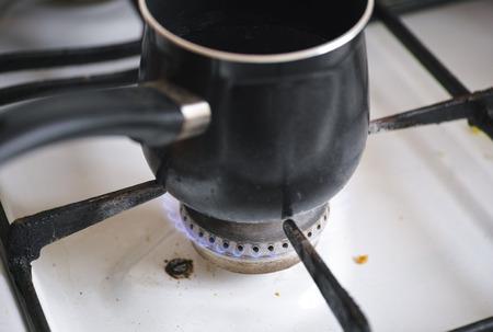 gas cooker: Crisol en la quema de la llama de la vieja cocina de gas sucio.