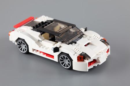 """creador: Tambov, Rusia - 06 de abril 2013 LEGO Creator establece """"Highway Speedster"""" sobre fondo gris. Art�culo 31006. Edad 7-12. Estudio de disparo. Lego fabricado por el Grupo Lego (Billund, Dinamarca). Editorial"""