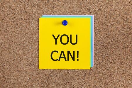 """tu puedes: Notas de papel con la palabra """"T� puedes!"""" el panel de corcho (tabl�n de anuncios)."""