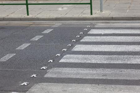 senda peatonal: Crosswalk en la calle.