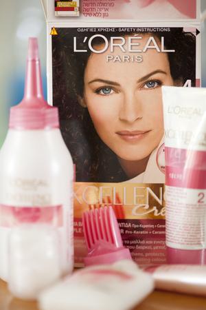 Cyprus, Paphos - 28 november 2013 L'Oreal Excellence Creme Haircolor, 4 Natural Dark Brown. Studio-opname. L'Oreal merk is eigendom van de L'Oreal Group. Excellence door L'Oreal is de eerste haarkleuring met Pro-Keratine Complex revitaliseert en beschermt het haar tegen Redactioneel