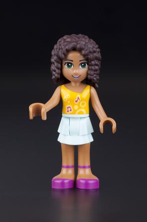 gamme de produit: Tambov, Fédération de Russie - 11 sur Janvier, 2014 Andrea Lego Friends fille figurine sur fond noir. Studio shot. Lego Friends est une gamme de produits de la construction de jouets Lego conçu pour plaire surtout aux filles.