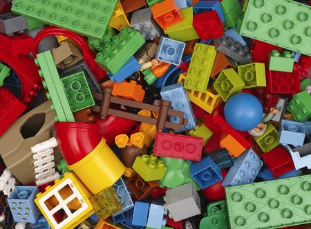 Tambov, Rusland - 20 februari 2015 Hoop van Lego Duplo blokken en speelgoed. Studio-opname. Alle speelgoed in heap vervaardigd door de Lego Group (Billund, Denemarken). Lego Duplo is een speelgoed voor kinderen van 1,5-5. Redactioneel