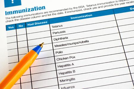 VACUNA: formulario de solicitud de la inmunización con el bolígrafo.