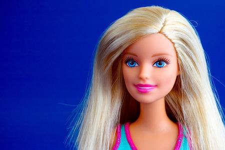 Tambov, Rusland - 31 maart 2016 Barbie pop portret op blauwe achtergrond. Studio-opname.