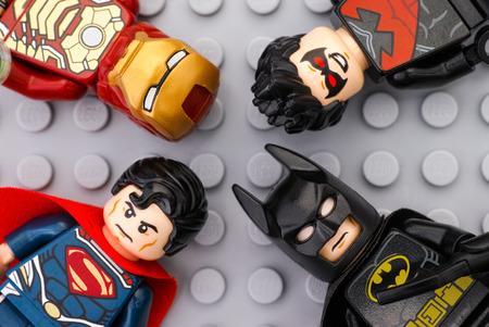 탐 보프, 러시아 - 2016 년 5 월 12 일 네 레고 슈퍼 히어로 - 철 남자, 배트맨, 수퍼맨, 나이트 위구 - 레고 그레이베이스 플레이트 배경에 미니 피겨. 스튜