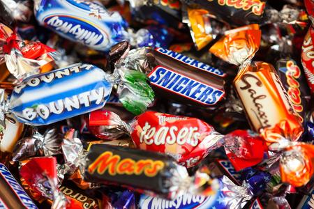 bounty: Paphos, Chipre - 19 diciembre 2013 Montón de Marte, Snickers, la Vía Láctea, la galaxia, Bounty y dulces de chocolate Maltesers enigmas. Todos los caramelos fabricados por Mars Incorporated. estudio de disparo.
