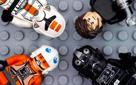 Tambov, Russische Federatie - 6 juli 2016 Vier Lego Star Wars-minifiguren - Anakin Skywalker, TIE Pilot, Zev Senesca en Republic Trooper - op Lego grijze grondplaatachtergrond. Studio opname.