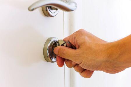Personne d'ouvrir la porte à clé la main