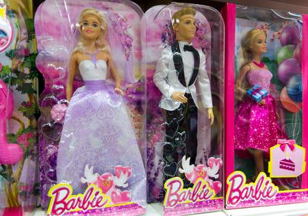 Paphos, Cyprus - 18 oktober 2016 Barbie en Ken poppen in dozen op winkelplank. Studio shot.