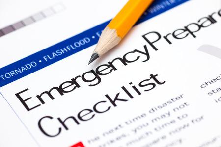 Checklist voor de voorbereiding op noodgevallen met potlood. Detailopname. Stockfoto