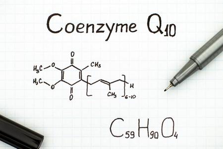 黒ペンでコエンザイム Q10 の化学式。クローズ アップ。
