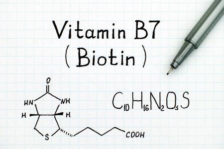 검정색 펜이있는 비타민 B7 (비오틴)의 화학식. 스톡 콘텐츠