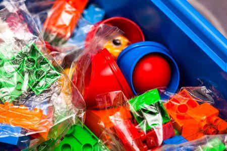 Tambov, Russische Federatie - 21 augustus 2011 Nieuwe Lego Duplo Onderwijs set met blokken, stenen, speelgoed en bal in blauwe doos. Detailopname. Studio opname.