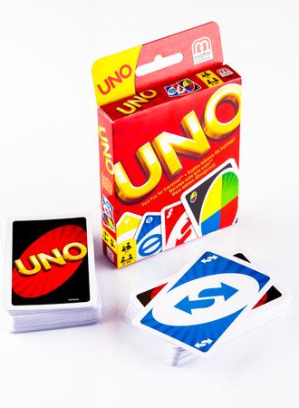 Tambov, Russische Federatie - 15 augustus 2013 Twee dekken van UNO-spelkaarten met UNO-speldoos op witte achtergrond. Studio opname Redactioneel