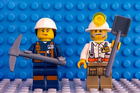 Tambov, Federacja Rosyjska - 09 marca 2018 Dwóch górników Lego na niebieskim tle podstawki. Publikacyjne