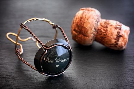Tambow, Russische Föderation - 19. August 2018 Dom Perignon Champagnerkorken und -muskel mit Kappe auf schwarzem Hintergrund. Studioaufnahme.