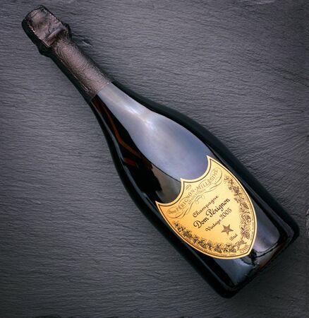 Tambow, Russische Föderation - 16. August 2018 Flasche Champagner Dom Perignon Jahrgang 2005 auf schwarzem Hintergrund. Studioaufnahme. Editorial