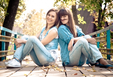 due amici: Due amici felici femminili che hanno divertimento all'aperto