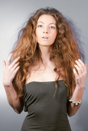 groviglio: Giovane bella donna con lunghi capelli caduto Archivio Fotografico