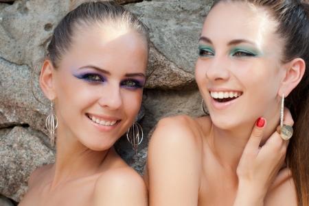 jeune fille adolescente nue: Deux jeunes belles mannequins heureux riant avec maquillage lumineux