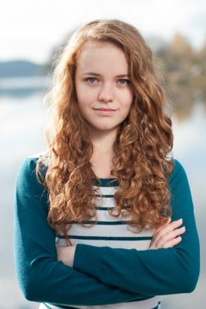 fille pull: Bonne femme souriante jeune femme fille jeune jour d'automne portrait de vue horizon rivi�re
