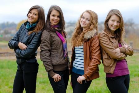 chaqueta de cuero: Cuatro chicas adolescentes felices amigos Foto de archivo