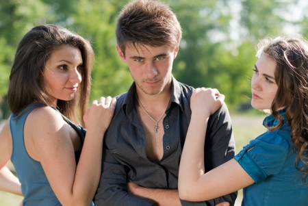 gelosia: Due ragazze adolescenti guardando gelosia da un ragazzo closeup outdoor