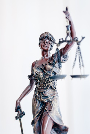 estatua de la justicia: Femida diosa estatua de bronce que sostiene las escalas