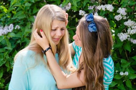 Amigos de la serie - el detalle de dos adolescentes, uno de comodidades y lamenta otro