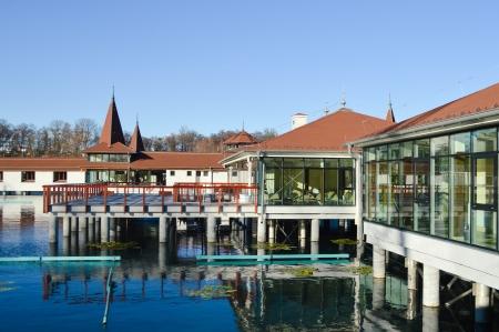Thermalsee in Hévíz und Pool Spa Resort in Ungarn Herbstansicht Editorial
