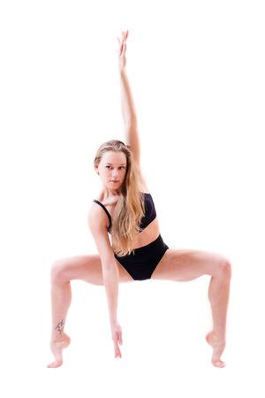 knees bent: duttile flessibile bellissima ballerina giovane donna bionda performer in punta di piedi le ginocchia piegate isolato su sfondo bianco ritratto