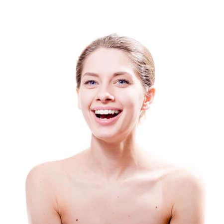 jeune fille adolescente nue: portrait de sourire heureux belle jeune femme s�duisante avec de grands yeux bleus sur fond blanc Banque d'images