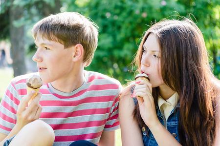 comiendo helado: mujer joven y helado apuesto muchacho que come