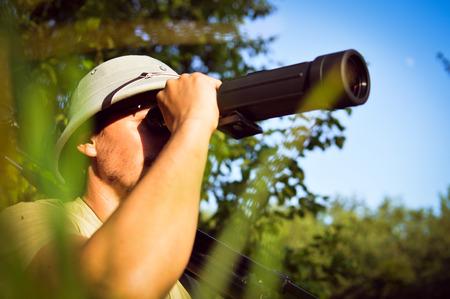 m�dula: explorar cient�fico observando rom�ntica masculina en salacot divierten buscando en su alcance magnificaci�n en verano verde d�a soleado bosque y el cielo azul al aire libre espacio de la copia imagen de fondo retrato