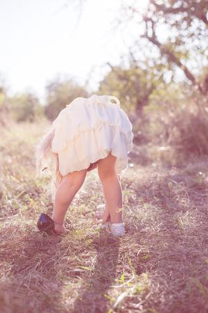bending down: Ni�a en fondo verde mirando al suelo o zapatos agacharse