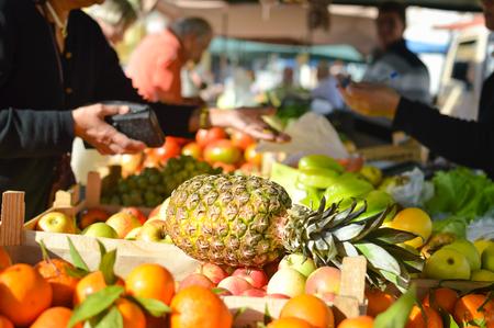 abarrotes: Si compras compras en el supermercado. Pi�a con las frutas en el fondo de comestibles puesto en el mercado