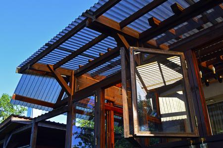 Struktur eines Holzhauses mit einem durchscheinenden Dach