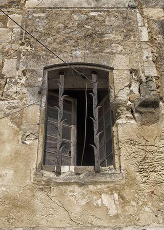 rejas de hierro: vieja ventana con barras de hierro decorativos