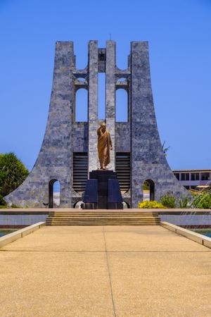 ACCRA,ガーナ - 2018年4月11日:クワメ・ンクルマ記念公園、華やかな大理石の霊廟と金像をガーナ大統領に澄んだ青空に対して