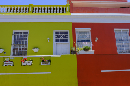 CAPE TOWN, SOUTH AFRICA - MARCH 20 2018: Colorful houses and architectural detail in vibrant multicultural community of Bo Kaap in Cape Town Imagens - 117148887
