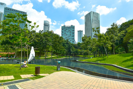KLCC の都市公園。ペトロナスに近い晴れた日の都市公園ツイン タワーズ、KLCC クアラルンプール マレーシア。
