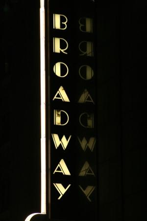 broadway: Die klassische Broadway Melden Sie sich in New York City  Lizenzfreie Bilder