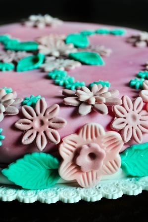pasta di zucchero: Cake design, dettaglio di fiori in pasta di zucchero sulla torta rosa Archivio Fotografico