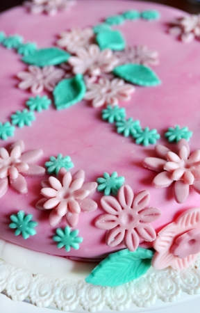 sugar paste: Cake design, detail of sugar paste flowers on pink cake