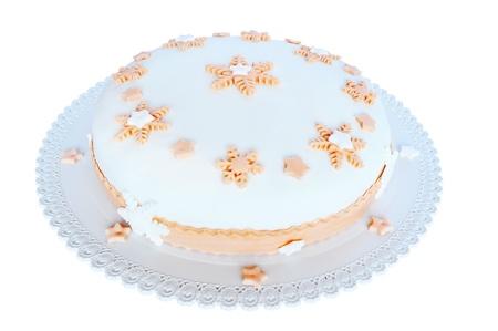 pasta di zucchero: Pasta di zucchero, torta bianca con decorazioni rosa a forma di stelle e fiocchi di neve. Isolato su sfondo bianco
