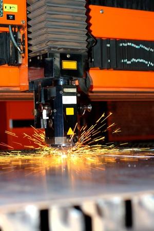 corte laser: L�ser industriales con chispas volando alrededor con espacio de copia