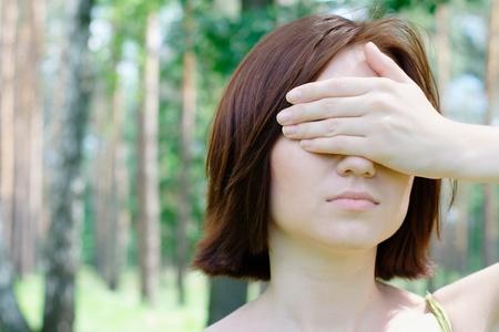 closed eyes: Meisje met gesloten ogen in het park Stockfoto